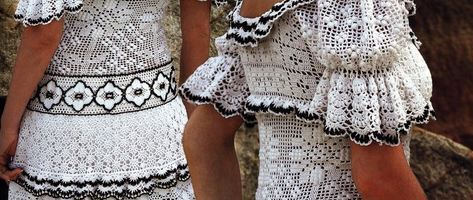 вязаное черно белое платье