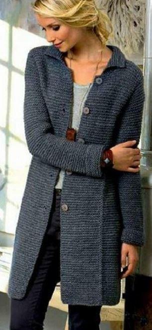 Модное вязаное пальто спицами на пуговицах