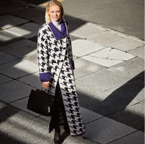 модное пальто спицами