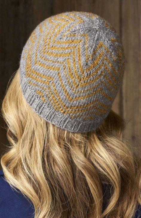 шапка с орнаментом спицами