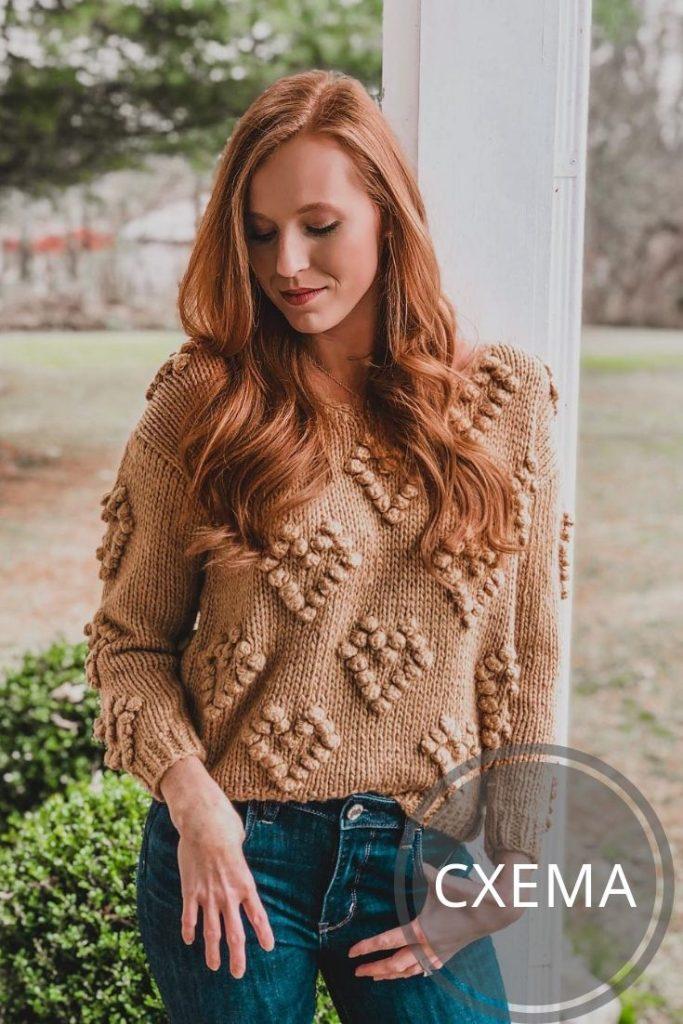 вязаный свитер спицами с сердечками из шишечек