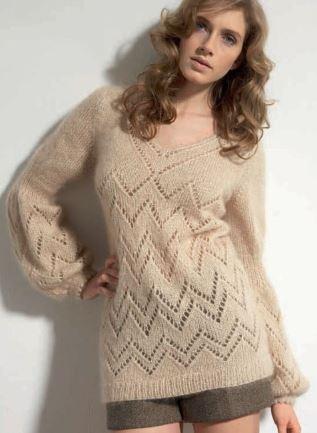 бежевый свитер из мохера спицами
