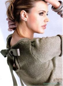 свитер с бантом спицами