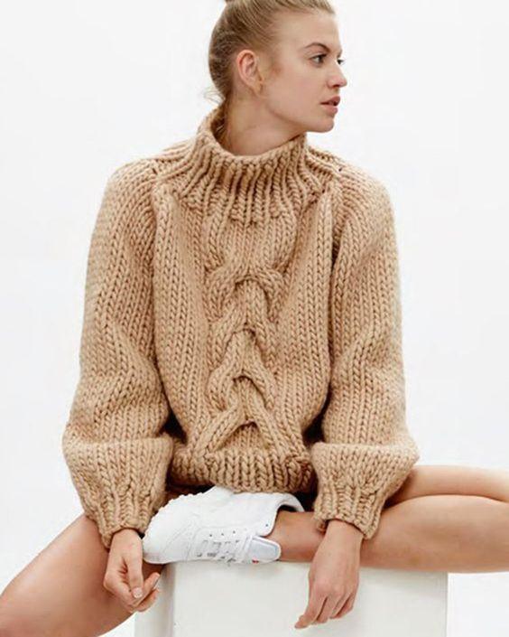 свитер с косой по центру