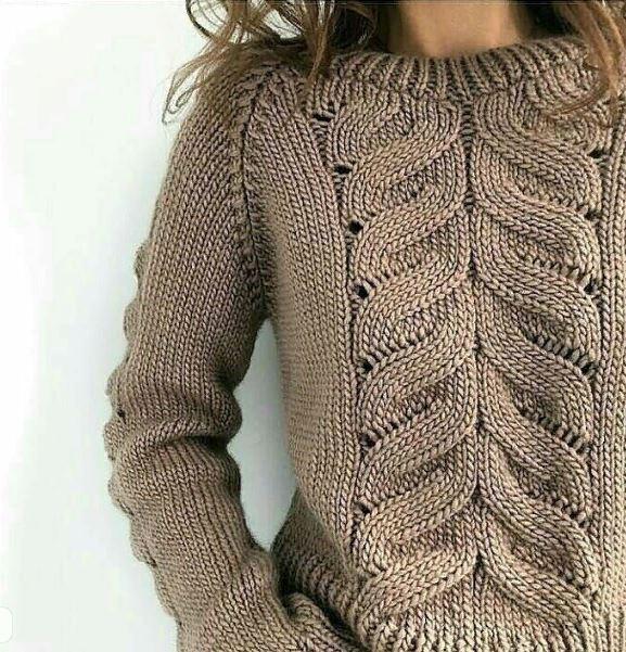 вязаный свитер спицами с ложной косой