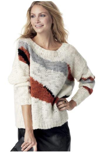 белый свитер спицами сабстрактным узором