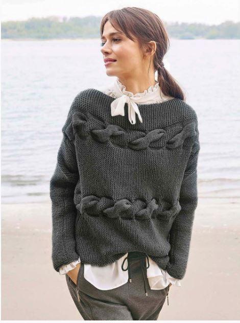 серый свитер с горизонтальными косами спицами