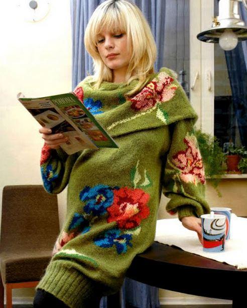 вязаный свитер с цветами