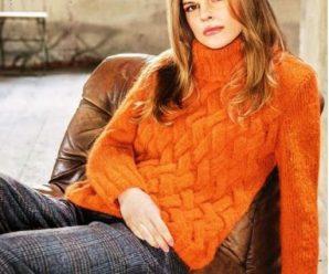 Вязаный пуловер плетеным узором спицами